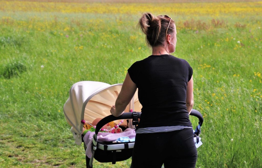 結婚や出産で仕事を辞めるか続けるか?結婚後のライフスタイル
